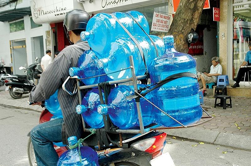 Hãy cẩn thận ''tiền mất, tật mang'' khi mua nước uống đóng bình