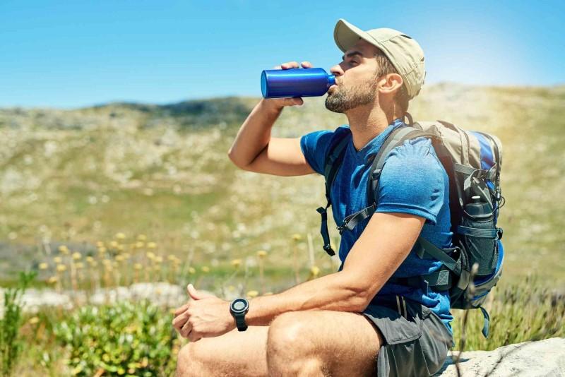 cách uống nước khi du lịch