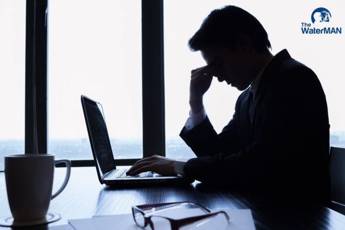 Nhân viên văn phòng mệt mỏi vì công việc